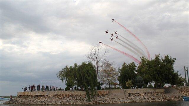 Dünyada 8 süpersonik uçakla gösteri yapan tek akrobasi timi olan Türk Yıldızları, manevralarıyla izleyicileri hayran bıraktı.