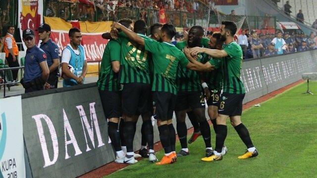 Akhisarsporlu futbolcuların gol sevinci.