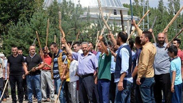 Erzurum Yakutiye'de köylüler sopalarla kavga eden aileleri linç etmek istedi.