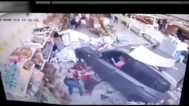 Fren yerine gaza basan kadın sürücü markete daldı