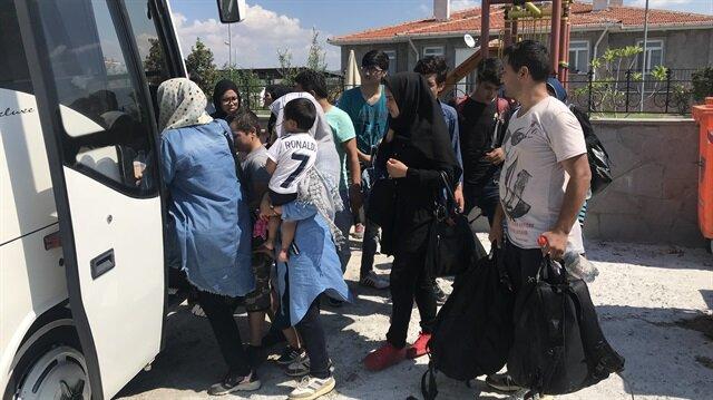 Göçmenler, işlemlerinin ardından Edirne Göç İdaresi Müdürlüğüne gönderildi.