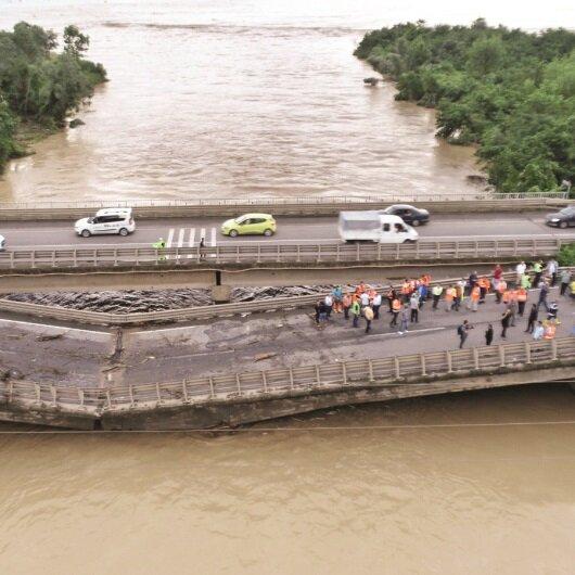 Sel köprüleri yıktı