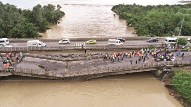 Azgın sel suları 8 köprüyü yıkarken, Karadeniz Sahil Yolu ulaşıma kapandı.