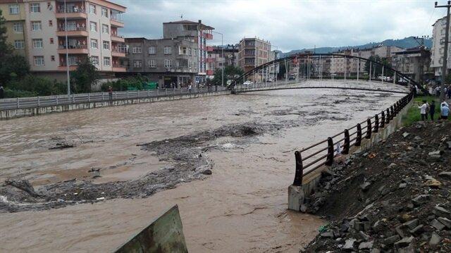 Ünye'deki Tabakhane Deresi'nde taşkın riski görülmesi üzere Karadeniz sahil yolu trafiğe kapatıldı.