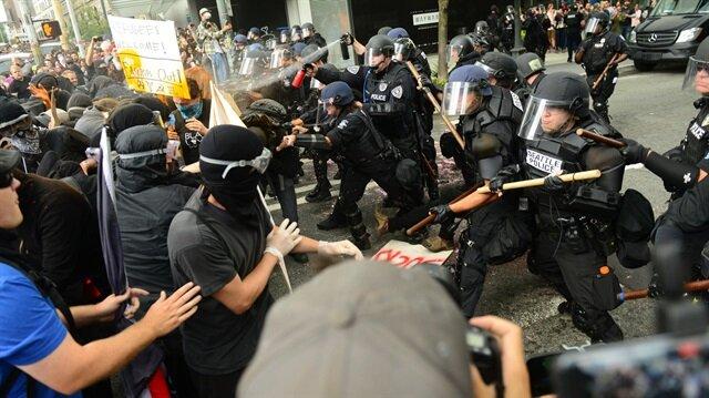 ABD polisi ırkçılara ses çıkarmadı, karşıtlarını copladı!