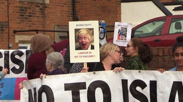 İngiltere'nin eski Dışişleri Bakanı Boris Johnson, peçeli kadınlar hakkındaki nefret söylemleri nedeniyle seçim bölgesinde protesto edildi.