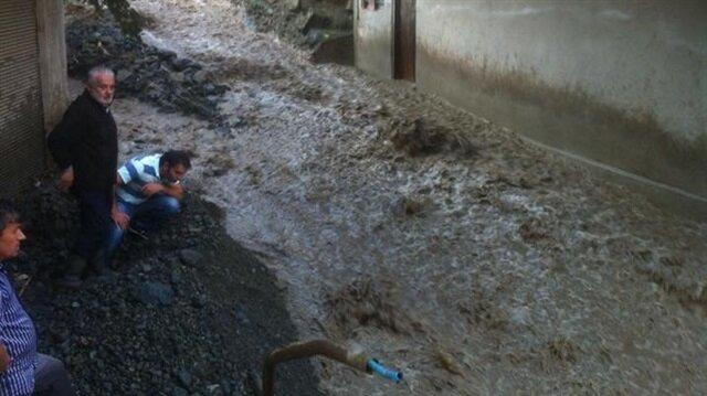 Giresun'da şiddetli yağış nedeniyle dün üç köy yolunda heyelan meydana gelmişti.