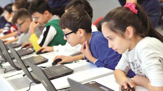 Uzmanlar, bilişim okur yazarlığının temeli olan kodlama eğitiminin ilkokul birinci sınıftan itibaren verilmeye başlanması gerektiğini belirtiyor