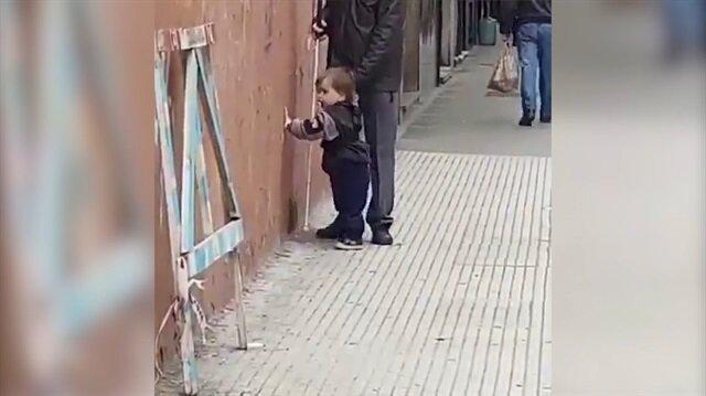 Görme engelli babasına kılavuz olan minik kahraman