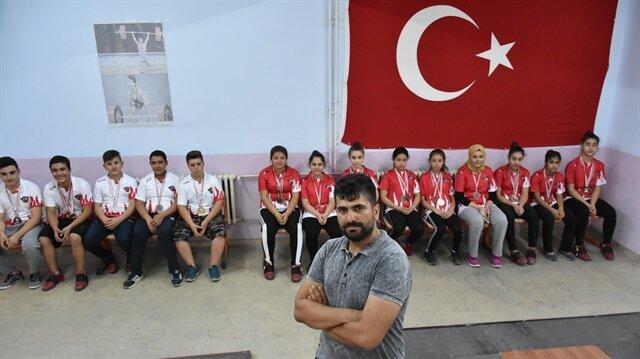 Halter antrenörü Sıtkı Doğan, Gaziantep'te 8 Şubat Ortaokulunun malzeme deposunu spor salonuna çevirerek, şampiyon sporcular yetiştiriyor.