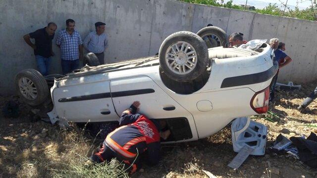 Şarampole devrilen araçtan 5 kişi kurtarıldı