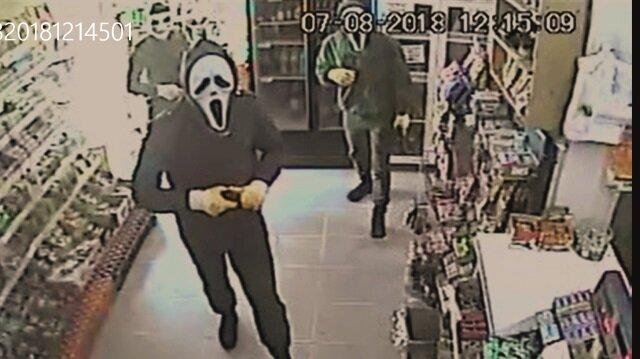 Yüzleri maskeli silahlı 4 kişi, girdikleri marketten 3 bin lira değerinde sigara ve 2 bin 500 lira nakit para gasbetti.