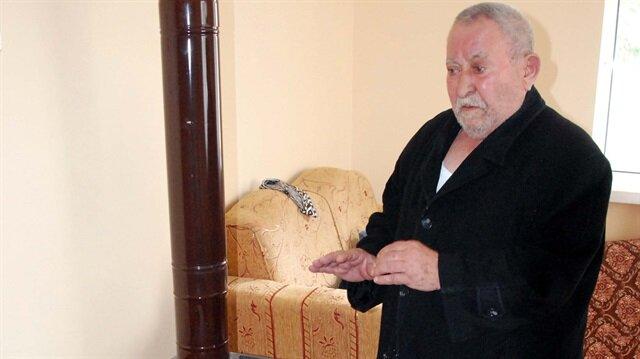 30 derece sıcakta, palto ile soba başında duran Hasan Yücel, kalp hastası.