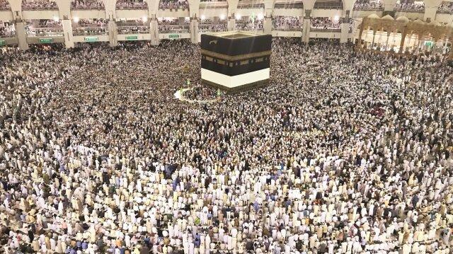Mescid'i Haram'a gözyaşları içinde gelen hacı adayları, sabah namazının hazırlıklarına yatsı namazından başlıyor.