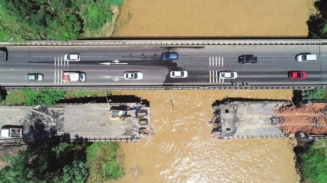 Karadeniz Sahil Yolunun Ordu-Samsun istikametlerine geçişi sağlayan Cevizdere Köprüsü'ndeki çalışmalar devam etti.