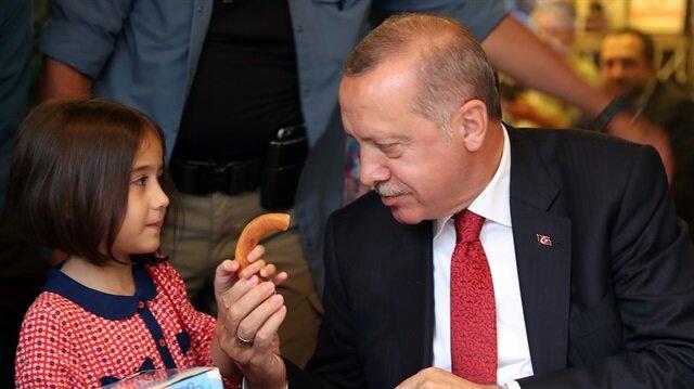 Başkan Erdoğan, kent merkezindeki Osman Karavin Caddesi'nde esnaf ziyaretinde bulundu.