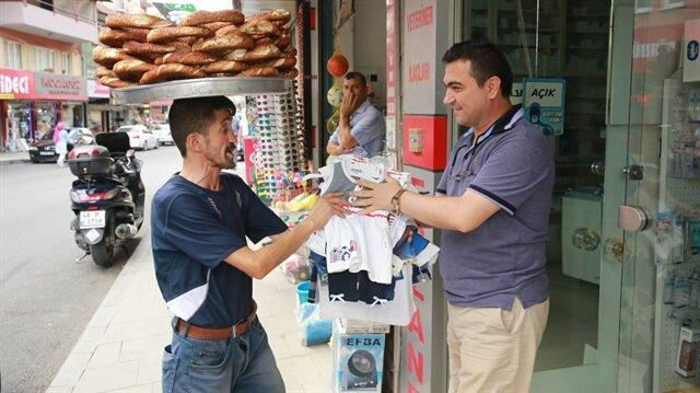 Simit satarken Suriyeli yetimleri unutmadı