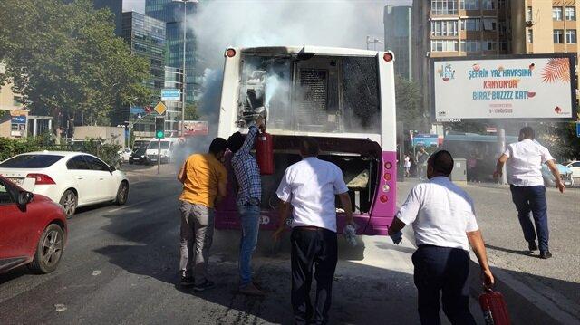 Motor kısmından dumanlar çıkan otobüse ilk müdahaleyi vatandaşlar yaptı.