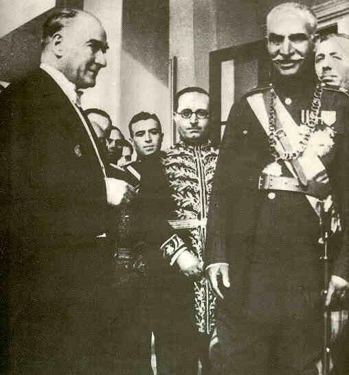 Rıza Şah (sağda), Türkiye ziyaretinin hemen ardından, ülkesi İran'ı modernleştirmeye soyunmuştu.