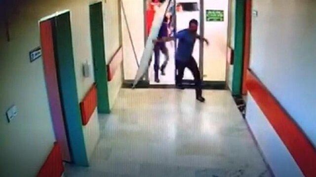 Yoğun bakım servisinin kapsını kırıp, doktor ve hastane personeline saldırdılar.