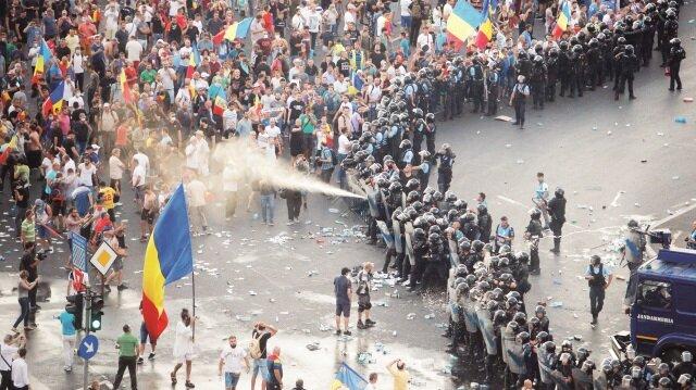 Polisin müdahalesi sonrası 400'den fazla insan yaralandı.