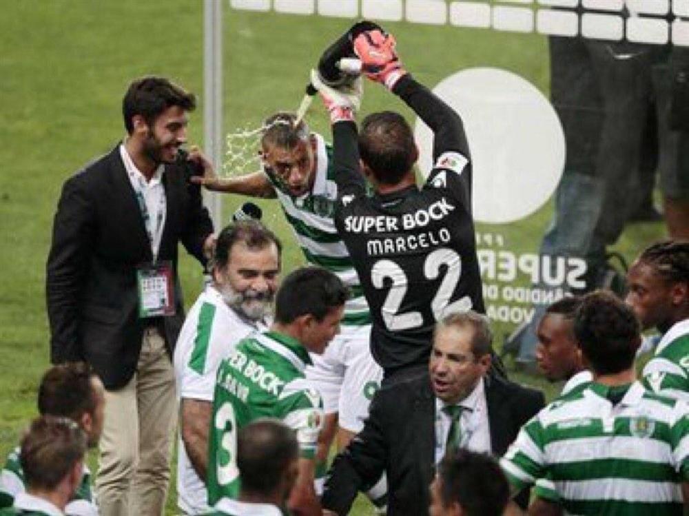 Islam Slimani, Sporting Lizbon'da oynadığı dönemde kutlama esnasında başından aşağı dökülen şampanya sonrasında soyunma odasına gidip takım arkadaşına tepki göstermişti.