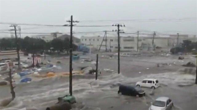 Sel suları otomobilleri böyle sürükledi