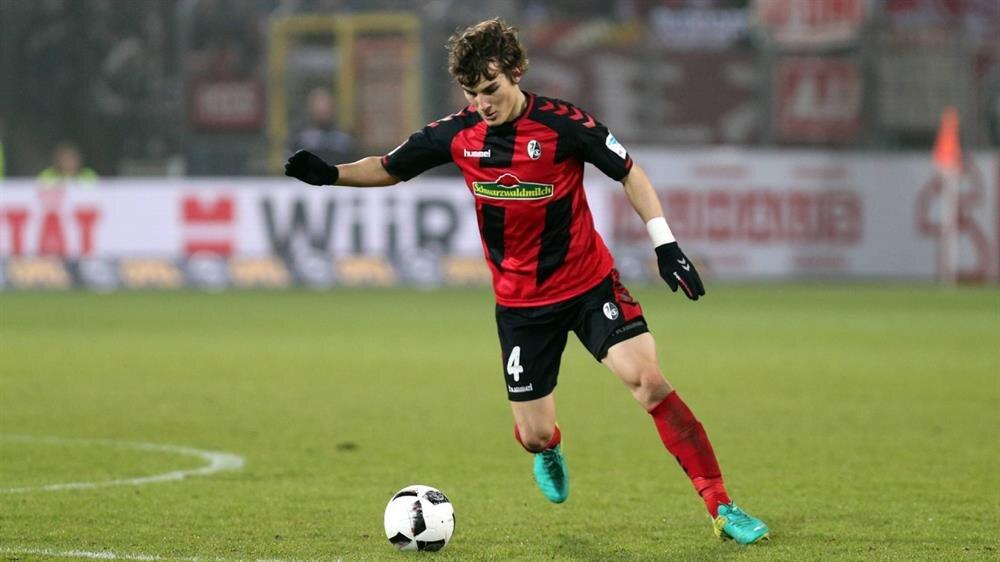Çağlar Söyüncü, Bundesliga ekibi Freiburg'a 2.5 milyon euro bonservis bedeliyle transfer olmuştu.