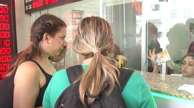 İzmir'de döviz bürolarında kuyruk oluştu