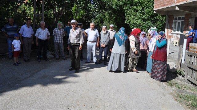 Köylüler, kurtların evlerin önüne kadar geldiğini aktardı.