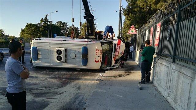 Bakırköy'de ambulans kaza yaptı: 3 sağlık görevlisi yaralandı