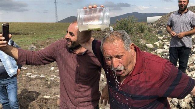 Suyun bulunmasıyla büyük sevinç yaşayan köylüler, sosyal medyadan canlı yayın yaptı.