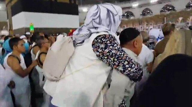 Hayırlı evlat Mekke-i Mükerreme'de annesini sırtında taşıdı