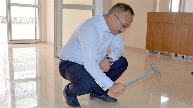 Siirt Valisi Ali Fuat Atik, fayansları çekiçle kırarak yeniden sağlam bir şekilde yapılmasını istedi.