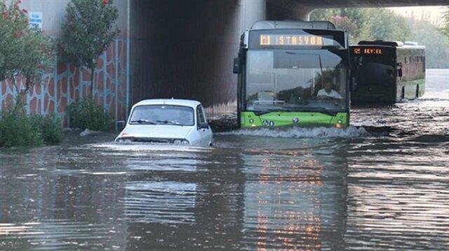 Adana'da araçlar köprü altında mahsur kaldı