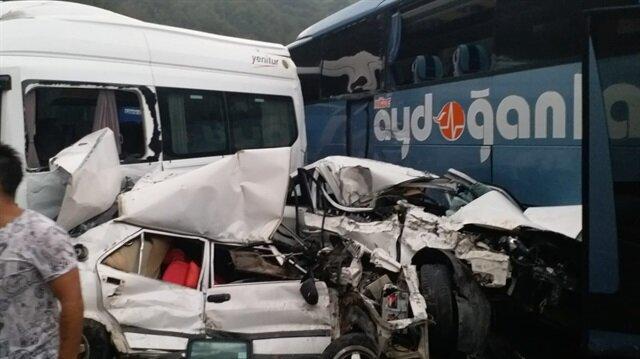 Bursa'nın İnegöl ilçesinde meydana gelen zincirleme trafik kazasında 1 kişi öldü, 30'a yakın kişi ise yaralandı.