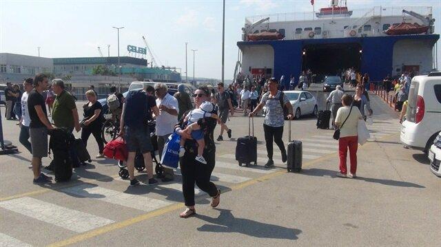 İstanbul'dan Ege ve Edremit Körfezi yönüne giden tatilciler, Bandırma Feribot İskelesi'nde yoğunluğa neden oldu.
