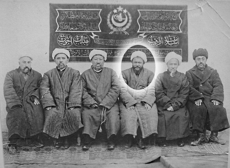 Doğu Türkistan İslâm Cumhuriyeti bakanlar kurulu. Başbakan Sabit Damulla, sağdan üçüncü.