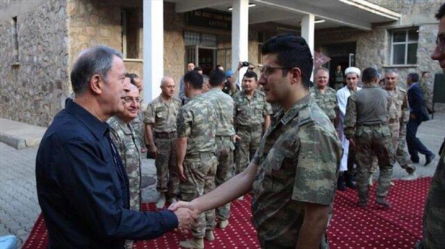 وزير الدفاع التركي يصلي العيد مع الجنود على الحدود العراقية