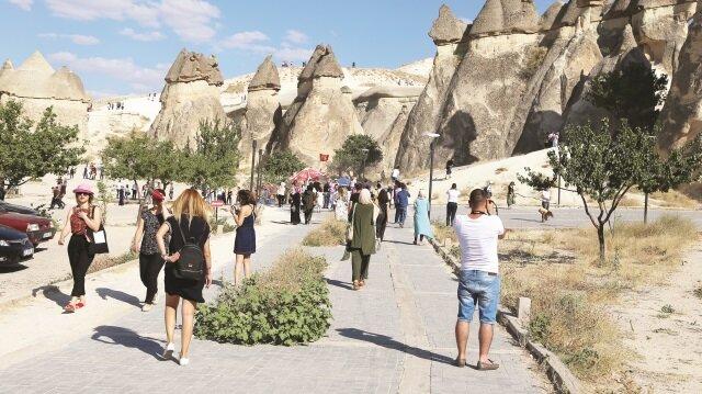 Turistler peribacaları arasında bol bol hatıra fotoğrafı çektiriyor.