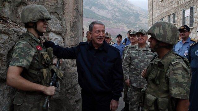 Milli Savunma Bakanı Akar bayram namazını Aktütün'de kıldı