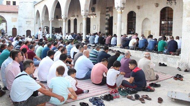Bayram namazında, Habib-i Neccar camisini vatandaşlar doldurdu.