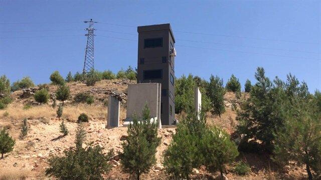 Karayoluna zırhlı güvenlik kuleleri yerleştiriliyor.