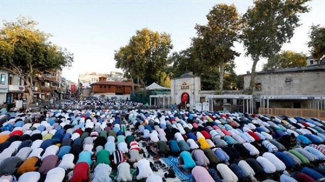 ابتهاجًا بعيد الأضحى.. مساجد تركيا تكتظ بالمصلين
