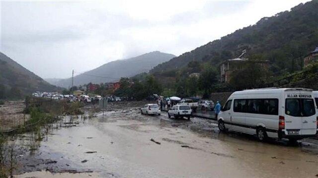 Trabzon'da şiddetli yağış ve heyelandan yol kapandı