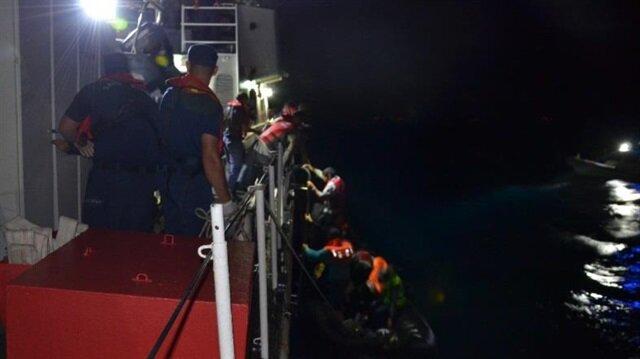 Göçmenler, işlemleri yapılmak üzere Ayvalık Sahil Güvenlik Bot Komutanlığı'na götürüldü.