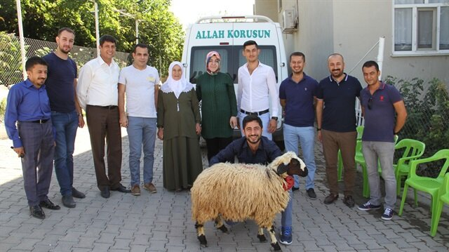 Diyarbakır'da İçişleri Bakanlığınca görevlendirme yapılan Bismil Belediyesi, 15 şehit ailesine kurbanlık koyun dağıttı.