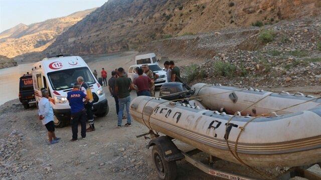 Arkadaşlarının ihbarı üzerine sevk edilen UMKE, AFAD, 112 Acil Servis ve jandarma ekipleri çayda arama çalışması başlattı.