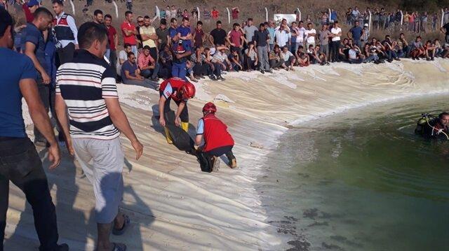 Balıkesir'in Karesi ilçesinde yapay gölete giren iki çocuk boğuldu.