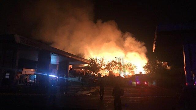 Çok sayıda itfaiye ekipleri yangına müdahale etti.